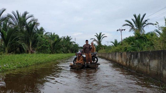 Banjir Genangi Badan Jalan Singkil-Teluk Rumbia Bertambah Tinggi, Warga Naik Rakit