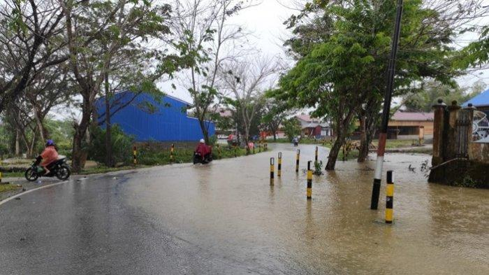 Curah Hujan Tinggi, Ruas Jalan Mulai Tergenang di Simeulue