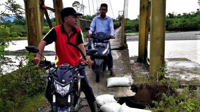 Nahas! Ibu Guru Terjatuh dengan Sepmor dari Jembatan Gantung, Diduga Gegara Lantai Jembatan Bolong