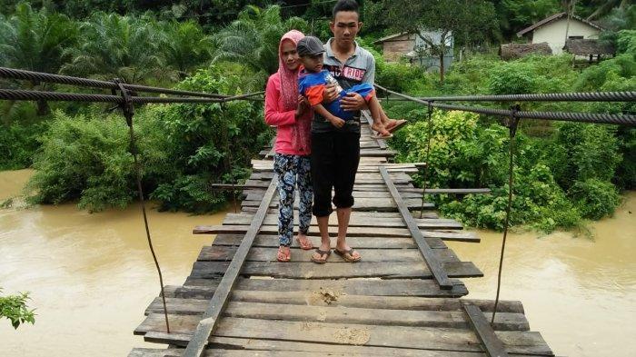 Banyak Jembatan Kayu Sudah Usang dan Kondisi Rusak Menuju Bukit Seulemak