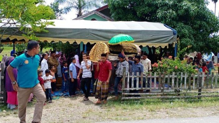 Jenazah SB dibawa oleh keluarga dan warga untuk dikuburkan di TPU tempat tinggalnya, di Kecamatan Birem Bayeun, Kabupaten Aceh Timur.