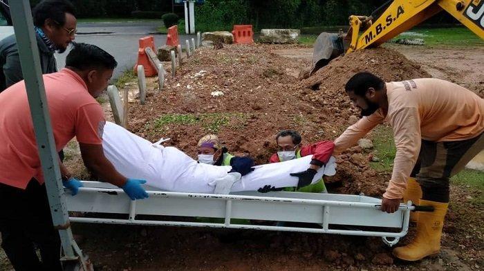 Viral, Kisah di Balik Pemakaman Seorang Mualaf di Malaysia, Kondisi Hujan Tapi Liang Lahatnya Kering