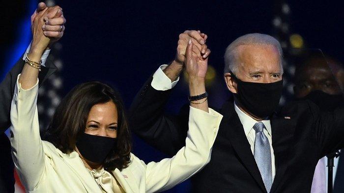 Presiden terpilih AS Joe Biden dan Wakil Presiden terpilih Kamala Harris berdiri di atas panggung setelah memberikan sambutan kemenangan di Wilmington, Delaware, Sabtu (7/11/2020) malam.