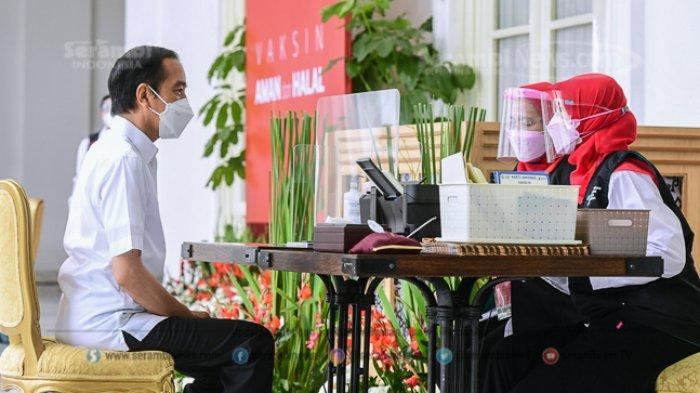 FOTO - Berkemeja Putih Lengan Pendek, Presiden Jokowi Disuntik Vaksin di Teras Istana Merdeka - jokowi-2.jpg
