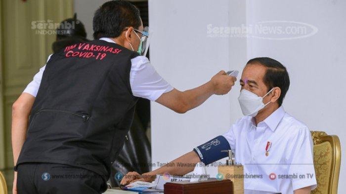 FOTO - Berkemeja Putih Lengan Pendek, Presiden Jokowi Disuntik Vaksin di Teras Istana Merdeka - jokowi-31.jpg