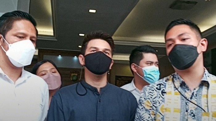 Jonathan Frizzy didampingi kuasa hukumnya mengunjungi Polres Metro Jakarta Selatan, Senin (6/9/2021).