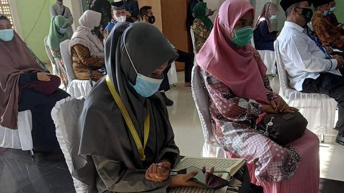 Juraida, peserta cabang qiraat murattal remaja didampingi ofisialnya menjelang lomba di Masjid Nurul Iman Padang, Rabu (18/11/2020).