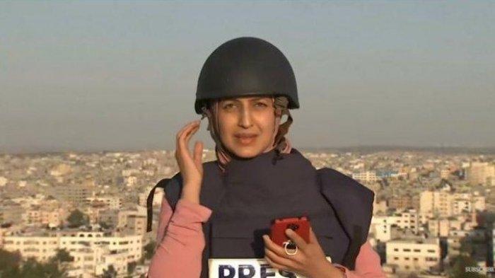 Jurnalis Al Jazeera Banjir Pujian, Youmna Al Sayed Tetap Siaran Langsung di Tengah Ledakan Roket