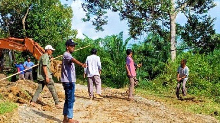 PLN Segera Tangani Kabel Listrik tak Bertiang di Gampong Baro KB, Klaim tidak Dapat Laporan