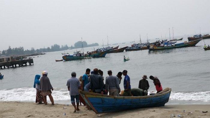 Nelayan Abdya Beraktvitas Dalam Kabut Asap Semakin Pekat, Jarak 3 Mil Darat Tak Terlihat Lagi
