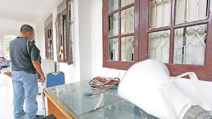Pleno KIP Aceh Besar Semakin Memanas - kaca-jendela-gedung-dprk-aceh-besar-yang-dipecahkan.jpg
