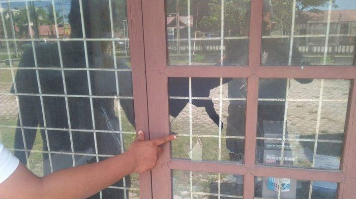 Pintu dan Kaca Jendela Kantor Camat Jeunieb Rusak Dilempari Batu, Begini Kronologinya