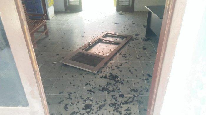 Kaca pintu depan dan daun pintu Kantor Camat Jeunieb, Kabupaten Bireuen copot karena dirusak seorang pria, Minggu, (25/04/2021).