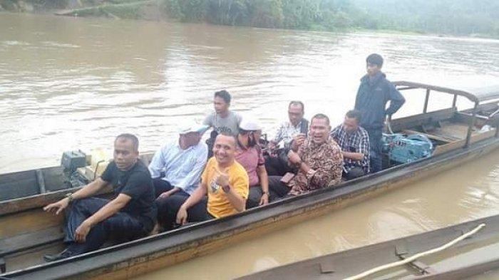 Naik Boat dan Getek, Kadisdik Aceh Timur Apresiasi Perjuangan Guru Sekolah di Pedalaman
