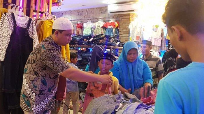 Kadus Teratai Gampong Lamteumen Timur Ajak Belasan Anak Yatim dan Kurang Mampu Beli Baju Lebaran