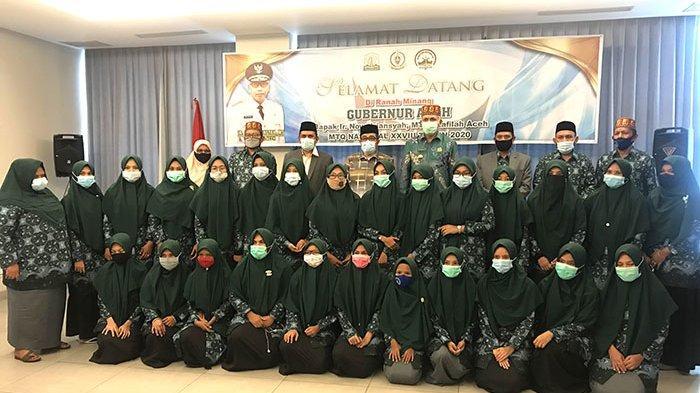 Foto bersama Gubernur Aceh, Nova Iriansyah dengan peserta putri MTQ Nasional XXVIII di Hotel Amaris, Padang, Sabtu (14/11/2020) sore.