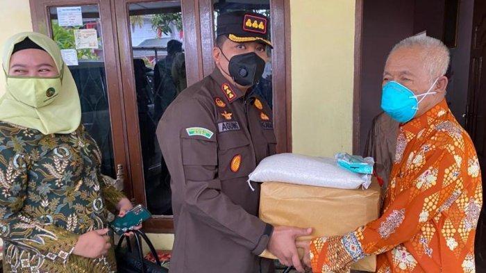 Hari Bhakti Adhyaksa, Kejari Aceh Tamiang Bagi Sembako untuk Purnaja dan Anak Yatim