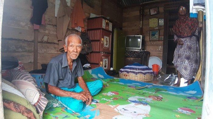 Menyedihkan, Kakek Ini Tinggal Bersama Istri dan Dua Cucu di Gubuk Reyot, Begini Kondisinya
