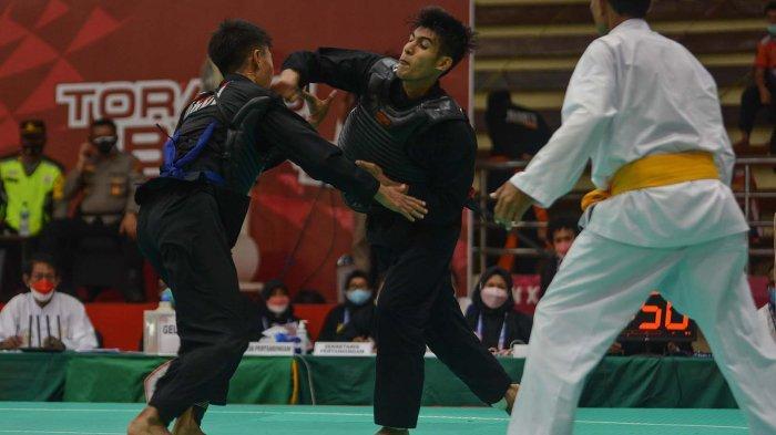 Pertandingan seru antara pesilat putra Aceh, Misran melawan pesilat putra dari Bali yang dilaksanakan di Gor Toware kabupaten Sentani Jayapura Papua, Kamis (07/10/2021).