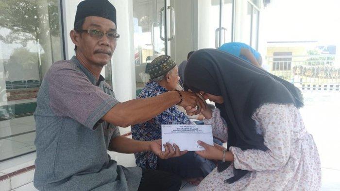 37 Anak Yatim Kampung Belakang Aceh Barat Dapat Santunan, Ini Sumber Dananya