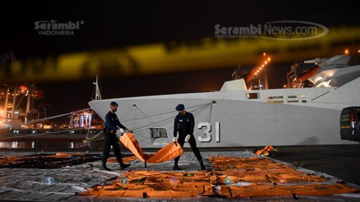 FOTO - Basarnas Evakuasi 10 Kantong Jenazah dalam Pencarian Korban Pesawat Sriwijaya Air SJ182 - kantong-jenazah-korban-jatuhnya-pesawat-sriwijaya-3.jpg