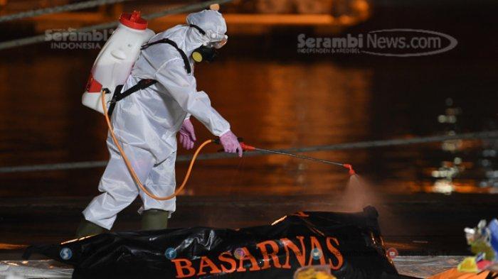 FOTO - Basarnas Evakuasi 10 Kantong Jenazah dalam Pencarian Korban Pesawat Sriwijaya Air SJ182 - kantong-jenazah-korban-jatuhnya-pesawat-sriwijaya-6.jpg