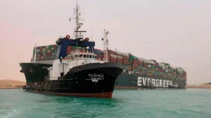 Mesir Berupaya Keras Pindahkan Kapal Rakasa Penutup Jalur Pelayaran Terusan Suez