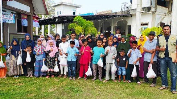 Kapay Bagi Daging Meugang untuk Anak Yatim di Baitussalam, Hiroe Aceh Salur Sembako dan Zakat