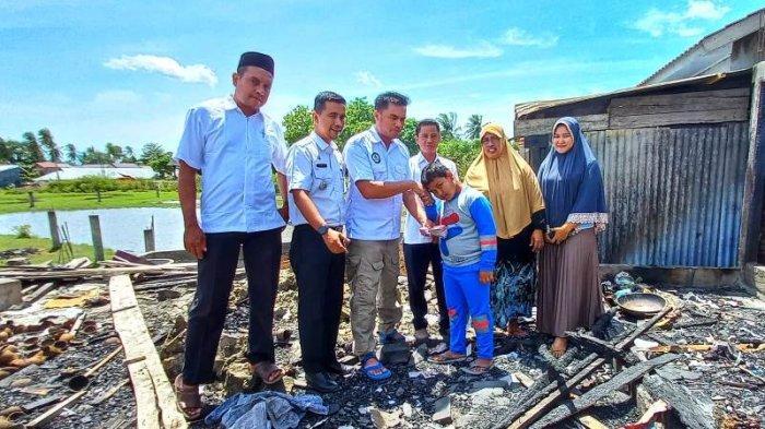 Kapay Serahkan Donasi Rp 22 Juta untuk Anak Yatim Kajhu Aceh Besar yang Rumahnya Terbakar