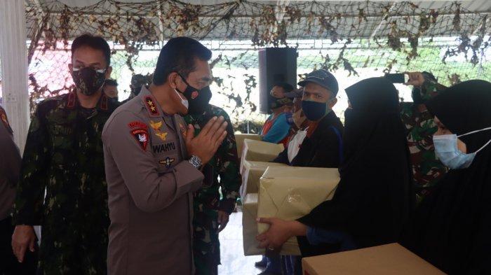 Tinjau Vaksinasi di Blang Padang, Kapolda Aceh Turut Bagikan Bansos