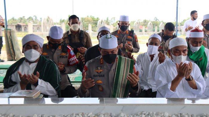 Kapolda Aceh Serahkan Bantuan Semen Untuk Masjid Dan Ziarah Ke Makam Ulama di Aceh Timur