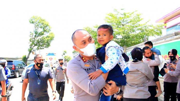 Aksi Spontan Kapolres Lhokseumawe Ini Bikin Salut, Turun Tangan Bantu Korban Laka Lantas di Jalan