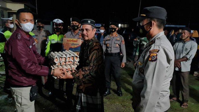 Puting Beliung Terjang 9 Rumah di Pidie, Kapolres AKBP Zulhir Destrian Serahkan Bantuan Masa Panik