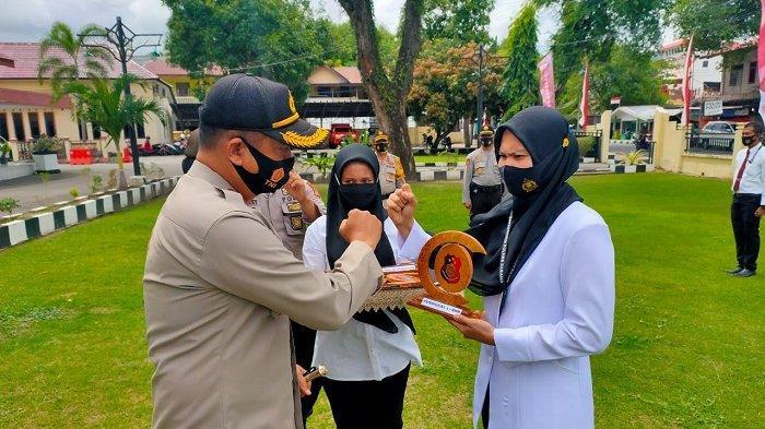 Kapolres Sabang Serahkan Reward Kepada Empat Anggota Reskrim dan Tiga Personel Dihukum Push-Up