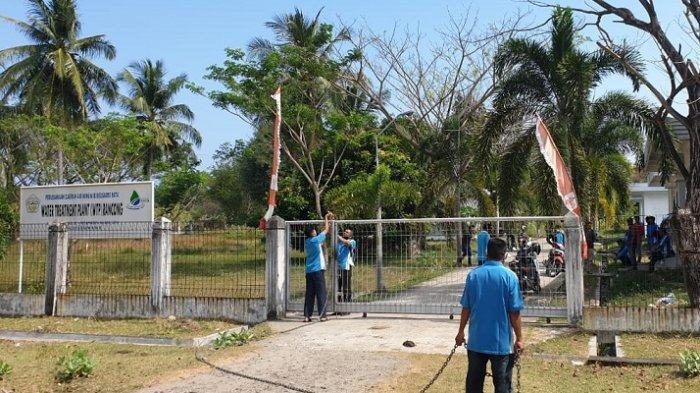 Karyawan PDAM Ie Beusaree Rata Lhokseumawe, menyegel kantor instalasi pengolahan air serta mematikan mesin suplai air PDAM Ie Beusaree Rata Lhokseumawe di Lhokseumawe, Rabu (3/3/2021)