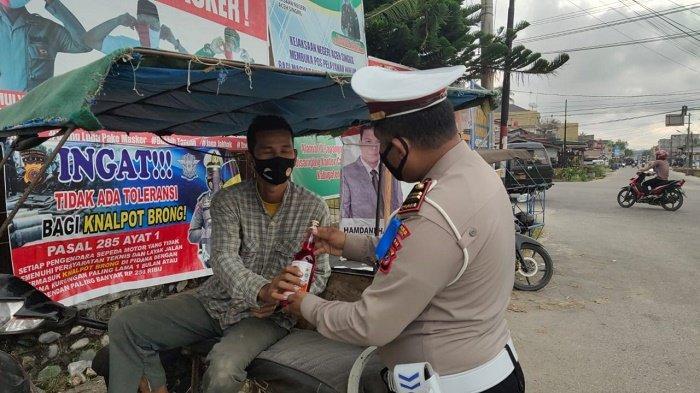 Jumat Barokah, Satlantas Polres Aceh Singkil Bagikan Sirup untuk Abang Becak