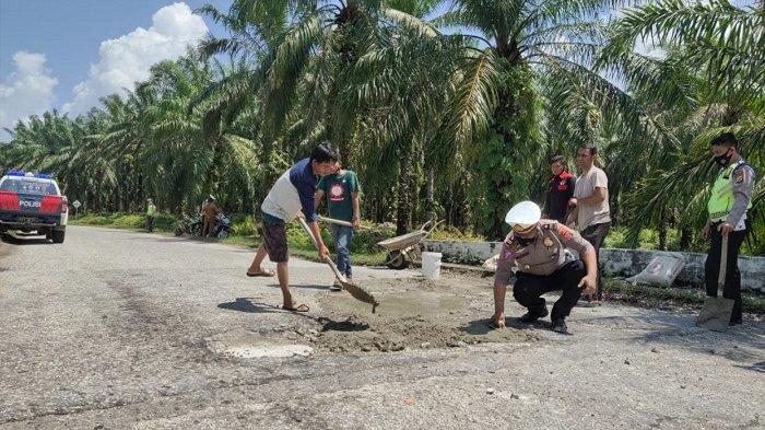 Salut, Kasatlantas Polres Aceh Singkil Pimpin Tambal Jalan Berlubang
