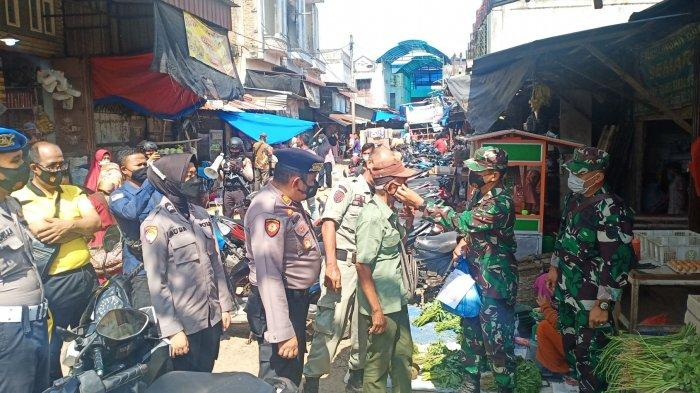 Bukannya Beri Sanksi, Polisi Justru Bagi Sembako Saat Razia Protkes di Kualasimpang