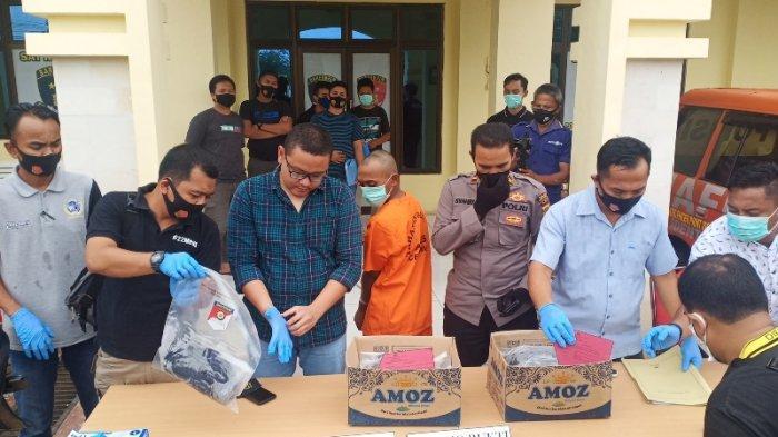 Tersangka saat dihadirkan di Mapolres Aceh Tamiang. Polisi menyebut pembunuhan ini sudah direncanakan tersangka.