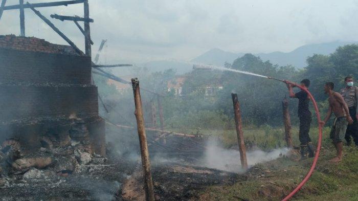 Petugas Berjibaku Padamkan Api yang Bakar Gubuk dan Dapur Pengolahan Batu Bata di Aceh Besar