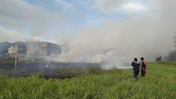 Api dari Sampah Akibatkan Ilalang di Gampong Lambhuk Ulee Kareng Terbakar