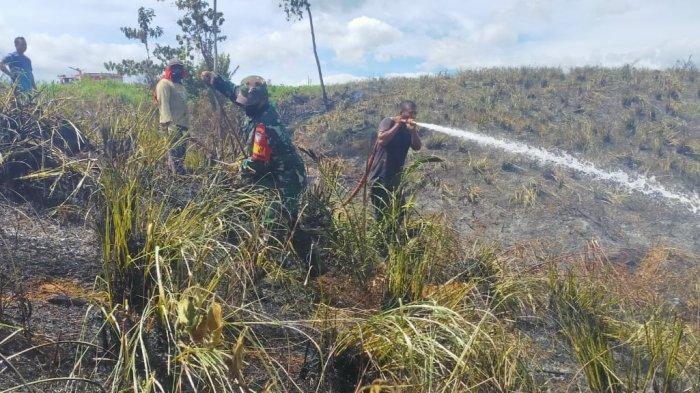 Aparat TNI/Polri dan Masyarakat Meurah Dua Pijay Berjibaku Padamkan Kebakaran Lahan