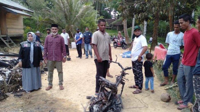 Kabid Linjamsos Dinsos Aceh Timur, Saharani, didampingi anggota DPRK Aceh Timur, M Yahya saat menyalurkan bantuan kepada korban kebakaran di Desa Buket Jok, Kecamatan Idi Rayeuk, Aceh Timur, Minggu (2/5/2021).