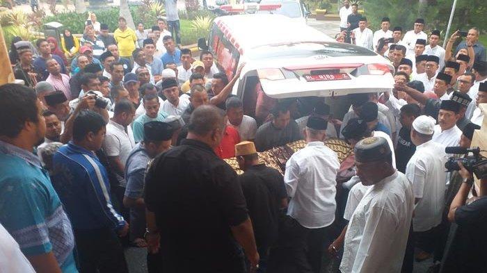 BREAKING NEWS - Jenazah H Saifannur Bupati Bireuen Sudah Tiba di Rumah Duka
