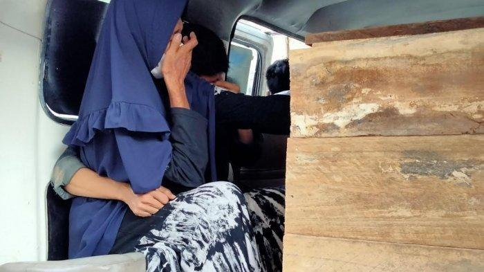 Faridah Dg Simba (65) saat berada di samping peti jenazah Rian di halaman Ruang Forensik Dokpol Biddokkes Polda Sulsel, Selasa (15/7/2021) sore.
