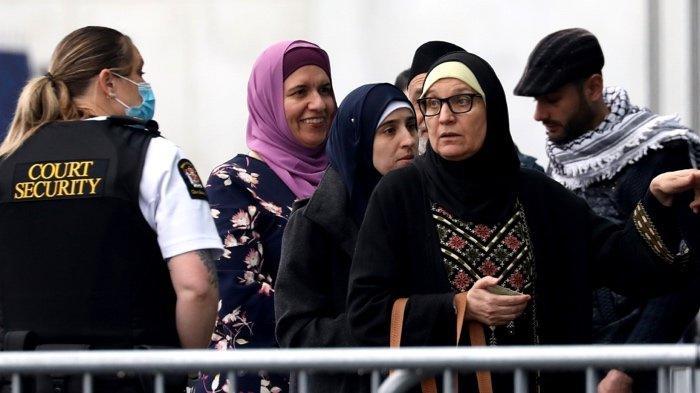 FOTO - Ekspresi Datar Wajah Teroris Penembakan Masjid Saat Sidang Vonis Perdana - keluarga-korban-hadiri-sidang-vonis-perdana.jpg