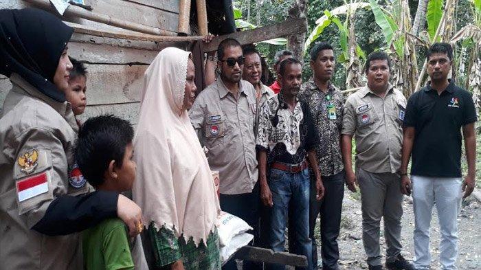 YARA Serahkan Bantuan untuk Keluarga Miskin yang Tinggal di Gubuk Penyimpanan Jerami