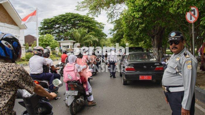 FOTO - FOTO: Kemacetan Saat Jam Pulang Sekolah di Depan Pendopo Wali Kota Banda Aceh - kemacetan1.jpg