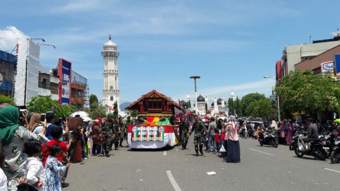 FOTO-FOTO: Rumah Adat Papua Hingga Batak Meriahkan Karnaval Banda Aceh - kemeriahan-karnaval-3_20170819_131113.jpg