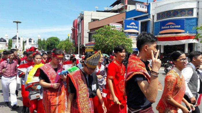 FOTO-FOTO: Rumah Adat Papua Hingga Batak Meriahkan Karnaval Banda Aceh - kemeriahan-karnaval-6_20170819_131527.jpg